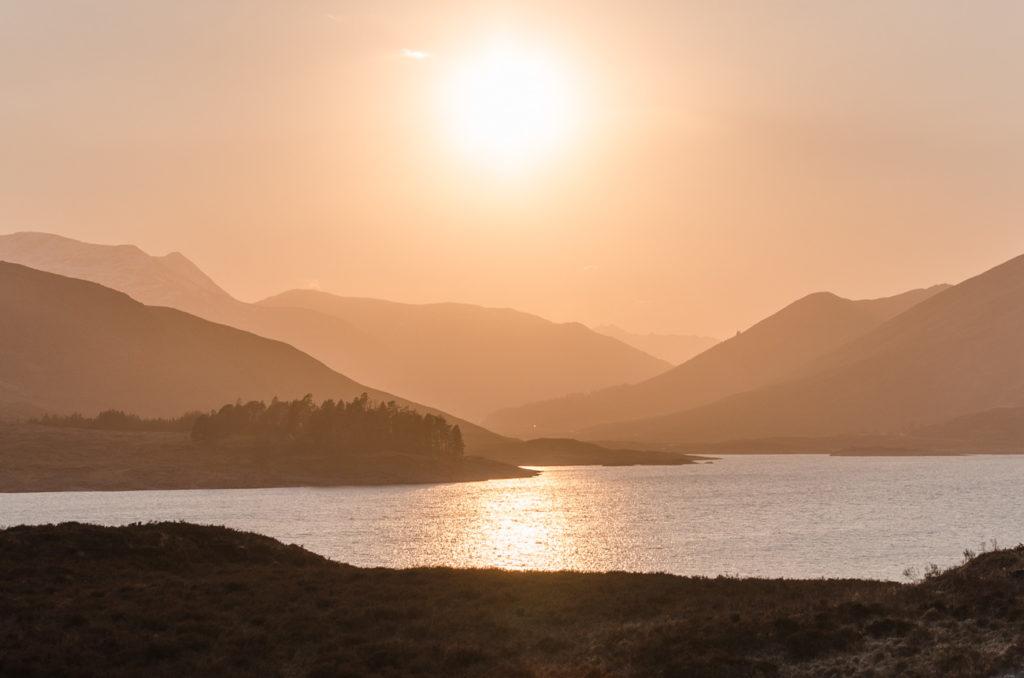 Skotsko - západ slunce a krajina