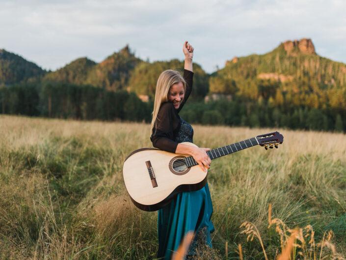 Adélka s kytarou v Českém Švýcarsku